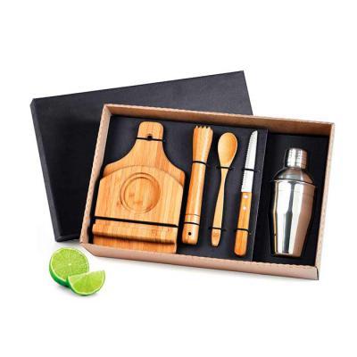 """Amélio Presentes - Kit caipirinha com tábua em Bambu, faca para frutas 4"""" em Inox/Bambu, pilão, colher de 18cm e base para a tábua em Bambu e coqueteleira em Aço Inox. A..."""