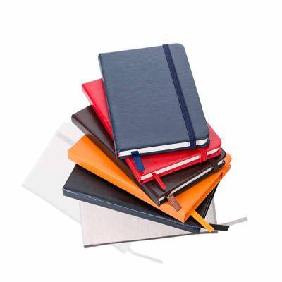MSN Brindes - Caderneta em couro sintético de frente e verso liso, marcador de página em cetim e fita elástica para fechar. Contém aproximadamente 80 folhas amarela...