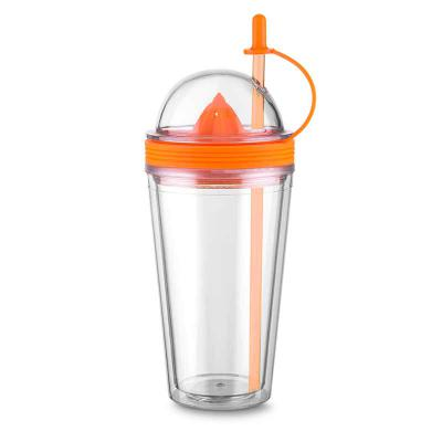 MSN Brindes - Copo plástico 500ml com espremedor de frutas. Acompanha tampa rosqueável para o espremedor com suporte plástico para tampar o canudo; espremedor color...