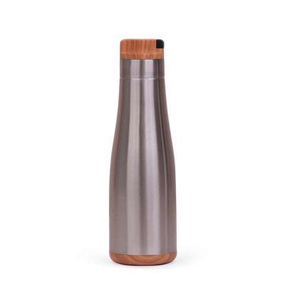 MSN Brindes - Garrafa de Inox 730ml com detalhes plásticos imitando de madeira, possui tampa rosqueável com alça retrátil emborrachada. Altura :  26 cm Largura :  7...