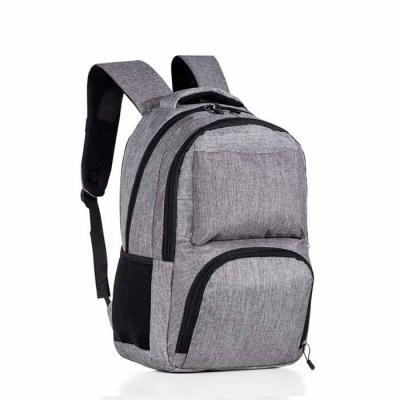 MSN Brindes - Mochila cinza em nylon com compartimento para notebook e detalhes neoprene. Possui compartimento grande com bolso interno; compartimento médio com bol...