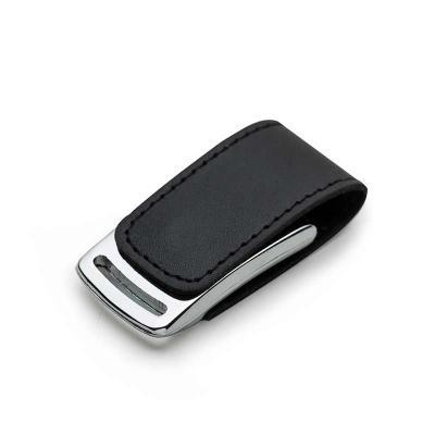 Cross Brindes - Pen drive de couro 4GB com costura preta e detalhe prata(linha vazada na parte inferior do metal). Possui im� para abrir/fechar.