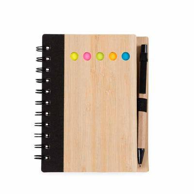 Cross Brindes - Bloco de anotações ecológico com caneta e autoadesivos. Capa de bambu com uma faixa preta no lado esquerdo e verso liso. Possui cinco blocos autoadesi...