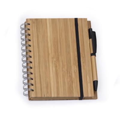 Cross Brindes - Bloco de anotações ecológico com caneta. Bloco capa de bambu com espiral prata lateral, suporte elástico para caneta bambu com clip e ponteira plástic...