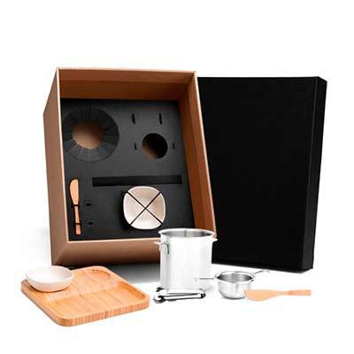 Cross Brindes - Kit para drinks e petiscos Conta com balde para gelo, dosador e pegador em Inox; petisqueira e duas espátulas em Bambu; duas cumbucas em Fibra de Bamb...