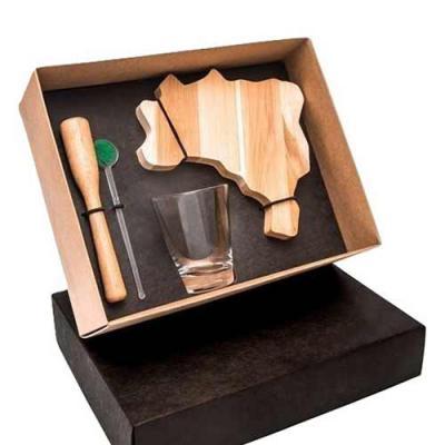 Design Promo - Kit caipirinha em caixa de papel duplex com tabua de madeira no formato do mapa Brasil com copo de vidro de 220 ml com socador e mexedor de caipirinha...