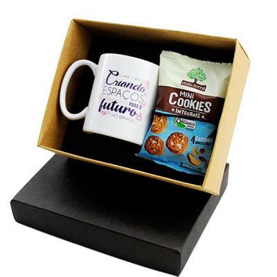 Design Promo - Kit chá em caixa de papel, caneca de porcelana 300 ml, sache de mini cookies Mãe Terra, gravação na caneca e na tampa da caixa.