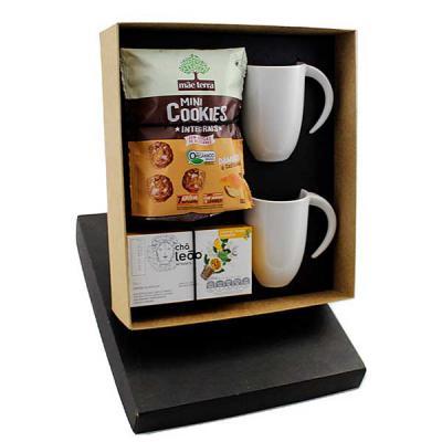 Design Promo - Kit Chá em caixa de papel, 2 canecas de porcelana 340 ml, capsulas de chá Leão, sache de mini cookies Mãe Terra, gravação nas canecas e na tampa da ca...