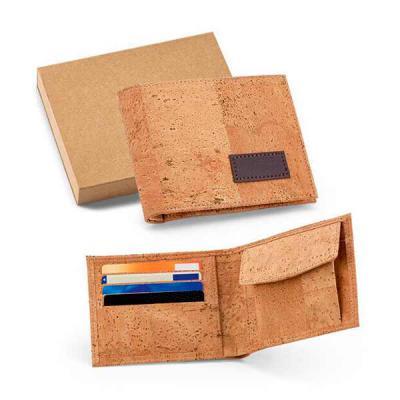 Ateliê Brindes - Carteira confeccionada em cortiça tamanho 125 x 97 x 10 mm , contendo porta níquel e capacidade para 4 cartões, acondicionada em caixa kraft formato...
