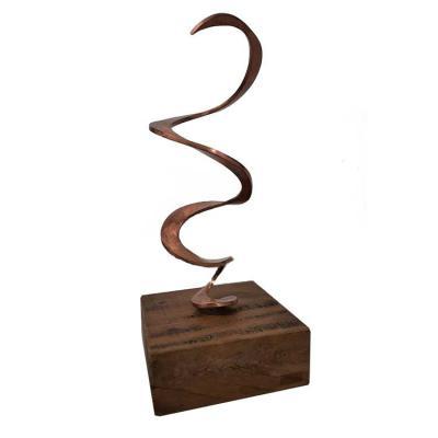 Paulo Segatto - Troféu espiral em cobre e madeira de demolição