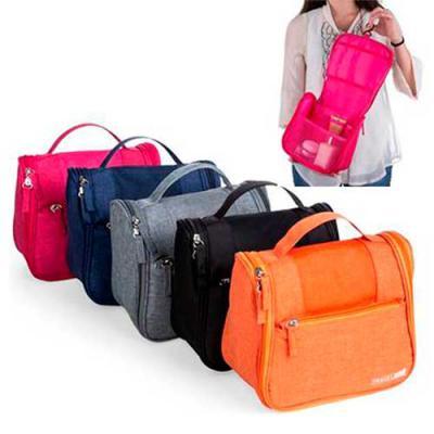 """Galeria de Ideias - Necessaire organizadora """"travel bag"""". Em nylon Oxford. Com bolso frontal e alça superior, parte interna com gancho plástico. Bolsos internos com zíper..."""
