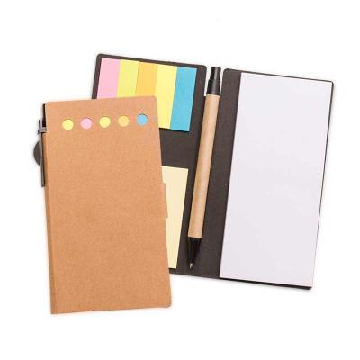 J.E Brindes - Bloco de anotações ecológico com caneta reciclada. Possui uma trava na própria capa, caneta de papelão com acabamentos em plástico acionada por clique...