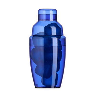J.E Brindes - Coqueteleira plástica 230ml com gelo ecológico. Material colorido translúcido, possui tampa de encaixe com peneira e tampa protetora para bocal da pen...