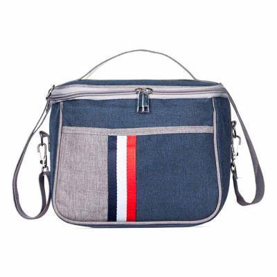 J.E Brindes - Bolsa térmica 7,6 Litros confeccionada em nylon, possui bolso frontal com detalhe colorido exterior; bolso traseiro com zíper; alça de mão e também al...