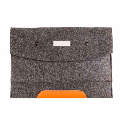 J.E Brindes - Pasta envelope com forro e uma divisória. Tecido de feltro com detalhe em couro sintético e dois botões pretos superiores. Acompanha placa metálica pa...