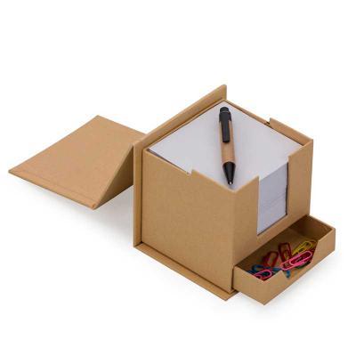 """Spaceluz Brindes - Bloco de anotações formato cubo com """"gaveta"""" e mini caneta. Parte superior do cubo inclinável, basta levantar para abrir o compartimento com o bloco q..."""