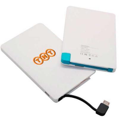 Spaceluz Brindes - Carregador Power Bank slim portátil em formato cartão.  Plástico branco com cabo conector v8 azul acoplado e ainda acompanha cabo USB.  Enquanto o ite...