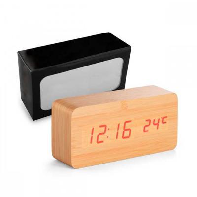 Prieto Brindes e Presentes Corporativos - Relógio. MDF. Com calendário, alarme e termômetro. Incluso 4 pilhas AAA, 1 pilha CR2032 e cabo USB. Incluso caixa. 150 x 70 x 44 mm | Caixa: 170 x 92...