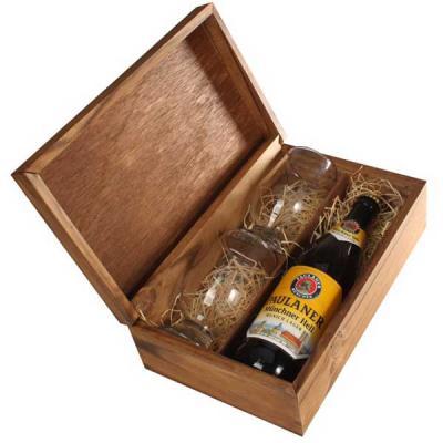 Eco Design - Kit em caixa de madeira envelhecida com garrafa de cerveja importada Paulaner de 500 ml com 2 copos de vidro com gravação nos copos na tampa da caixa.