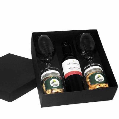 Eco Design - Kit vinho em caixa de papel duplex com vinho Chileno Santa Carolina Reservado 375 ml, 2 potes de vidro com petiscos, 2 taças de vidro com gravação nas...