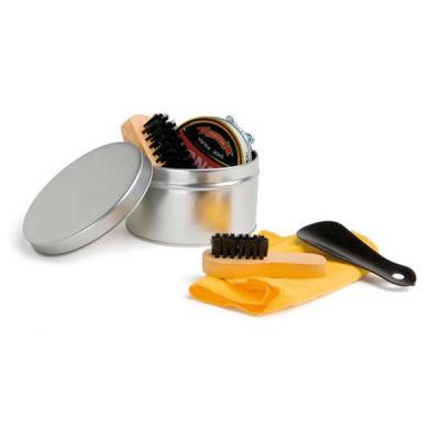 CCM Mercobrindes - Kit de limpeza de sapatos com 6 peças: 1 cera para sapatos na cor preta, 1 flanela amarela, 2 escovas em madeira, 1 calçadeira e 1 embalagem lata. Tam...
