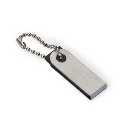 Blimp Brindes - Pen Drive com a carcaça escovada de metal, acompanha corrente, e o suporte plástico preto.