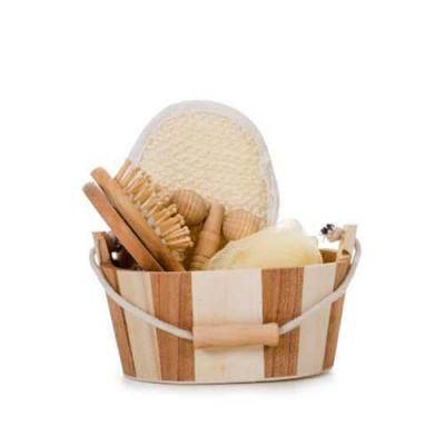 Blimp Brindes - Kit banho de madeira com 5 peças. Possui: espelho, escova de cabelo, esponja de banho, bucha de banho e massageador. Acompanha balde com alça e pegado...