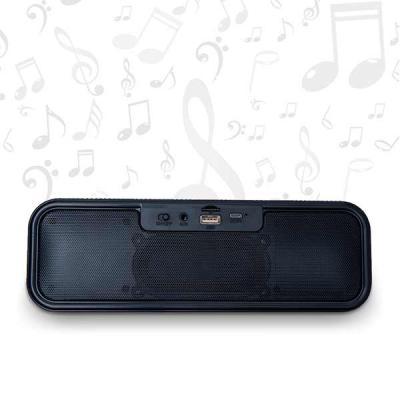 Projeto Promocional - Caixa de som bluetooth multifunções retangular com display. Material plástico texturizado, tela de proteção dos auto-falantes em metal, parte inferior...