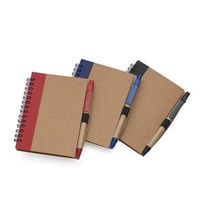 SOMA Brindes - Bloco de anotações ecológico com caneta. Capa de papelão com detalhe lateral texturizado colorido, verso liso. Possui aproximadamente 70 folhas branca...