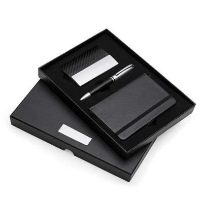 SOMA Brindes - Kit executivo 3 peças em estojo de papelão com tampa e parte interna revestida de espuma. Contém: porta cartão de couro sintético texturizado com deta...