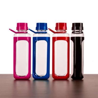 Soma Brindes - Squeeze plástico 650ml transparente com detalhes coloridos. Tampa colorida rosqueável com relevo, possui alça e uma espécie de capa (não é removível)...
