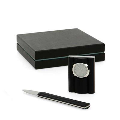 QI Brindes - Conjunto para mesa de escritório. Metal e acrílico. 4 peças: relógio de mesa, extrator de grampo, porta papel e esferográfica. Incluso bloco. Caixa: 2...