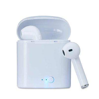 QI Brindes - Fone bluetooth plástico com case carregador. Para utilização do produto, pressione e segure o botão lateral de algum dos fones para ligá-lo e em segui...