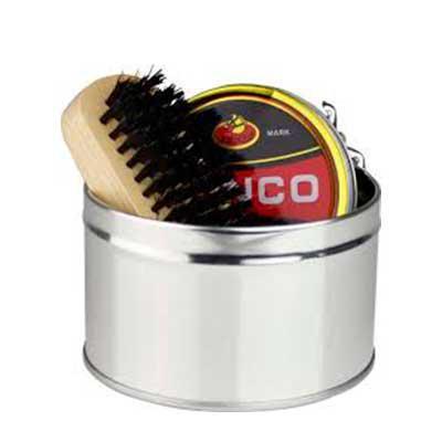 QI Brindes - Kit de limpeza de sapatos. Com 6 peças: 1 cera incolor para sapatos, 1 flanela amarela, 2 escovas em madeira, 1 calçadeira e 1 embalagem lata. ø98 x 5...