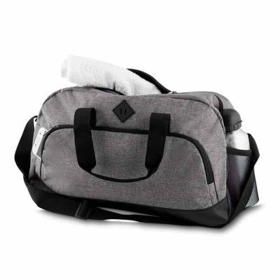 QI Brindes - Mala esportiva de poliéster. Possui bolso frontal, bolso lateral de malha e bolso grande superior. Alça de mão com pegador cinza de velcro e alça tran...