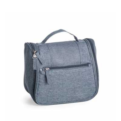 QI Brindes - Necessaire organizadora em tecido nylon Oxford, possui bolso frontal e alça superior, parte interna com gancho plástico; bolso interno superior em nyl...