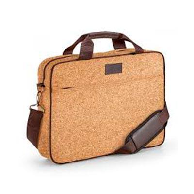QI Brindes - Pasta para notebook. Cortiça. Compartimento forrado e almofadado, com divisória almofadada para notebook até 15.6''. Bolso frontal. Alça de ombro ajus...