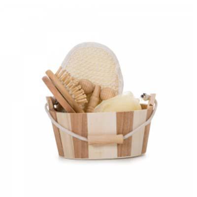 QI Brindes - Kit banho de madeira com 5 peças. Possui: espelho, escova de cabelo, esponja de banho, bucha de banho e massageador.  Acompanha balde com alça e pegad...