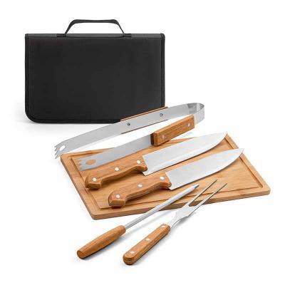 QI Brindes - Kit churrasco. Aço inox e madeira. Tábua em bambu e 5 peças em estojo de 210D. Food grade. Estojo: 350 x 230 x 40 mm | Tábua: 300 x 200 x 12 mm