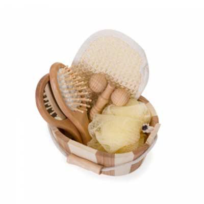 Tiff Gráfica - Kit banho de madeira com 5 peças. Possui: espelho, escova de cabelo, esponja de banho, bucha de banho e massageador. Acompanha balde com alça e pegado...