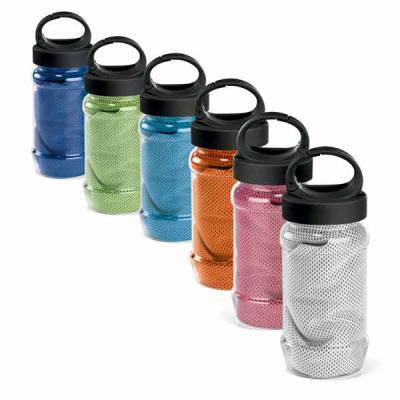 Zoom Brindes - Toalha para esporte em poliamida e poliéster com garrafa. Toalha refrescante, quando molhada permanece fria durante horas. Se aquecer, basta balançar...