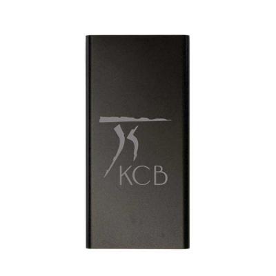 """KCB Acessórios - Power bank de metal com indicador de carga em led. Corpo metálico de design fino com detalhe branco nas laterais, """"entrada"""" e """"saída"""" de 5v, 4 indicad..."""