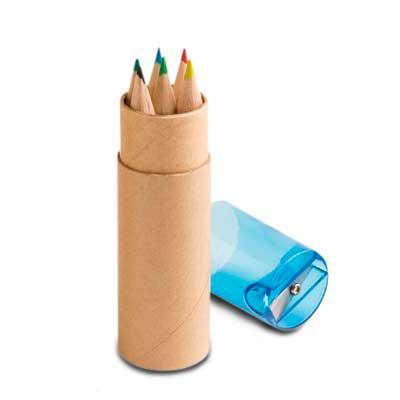 Qmais Promo - 1  Kit Mini Lápis e Estojo de papel cartão com apontador plástico  Kit contém 6 mini lápis de cor e 1 apontador. Medindo ø2,6 x 10,3 cm