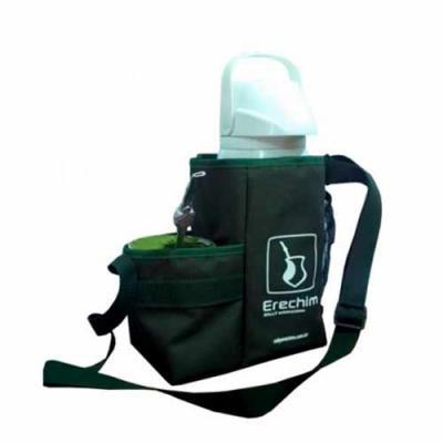 Genialle Brindes & Personalizados - Produzido com tecido nylon 600, com porta térmica, compartimento para erva e compartimento para cuia em tela e elástico, alça de ombro regulável. Medi...