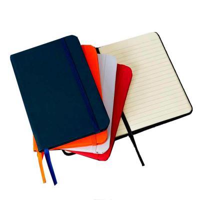 WXZ BRINDES FABRICAÇÃO  PRÓPRIA - Caderneta emborrachada de frente e verso liso, marcador de página em cetim e fita elástica para fechar. Contém aproximadamente 80 folhas amarelas paut...