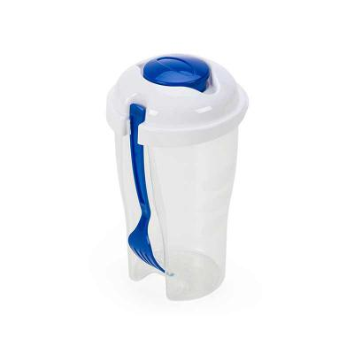 P&J Brindes - Descrição: Copo de salada 850ml com garfo e compartimento para molho. Copo plástico transparente com três detalhes ovais na lateral e tampa branca, no...