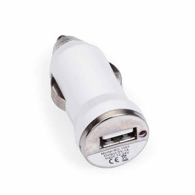 P&J Brindes - Carregador veicular de plástico na cor branca com detalhes prata. Entrada 12-24V e Saídas 5V-1A. Quando encaixado o carregador na tomada acendedor do...