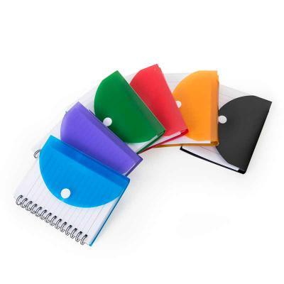 MarkhaBrasil Brindes Personalizados - Bloco de anotações plástico com capa colorida e botão, possui espiral preto e parte interna transparente. Tem aproximadamente 66 folhas. Medidas aprox...