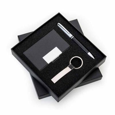 Rio4Pack Brindes - Kit executivo 3 peças em estojo de papelão com tampa e parte interna revestida de espuma. Contém: chaveiro metal fosco com detalhe em couro preto, por...