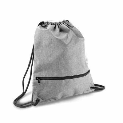 Rio4Pack Brindes - Mochila saco de poliéster 300D com bolso inferior de zíper.  Especificacoes Altura:46,5 mm Largura:35 mm Medidas gravação (LxA):31 cm x 34 cmmm Pes...